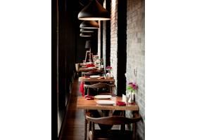 一条餐厅走廊有两个人的小桌子_7184081