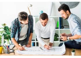 一群分析蓝图的男建筑师_2509459