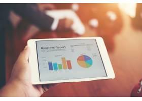 業務人員手持t上顯示的財務統計數據_1025814