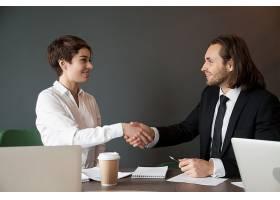 业务合作伙伴在办公室会议期间握手问候_3953805