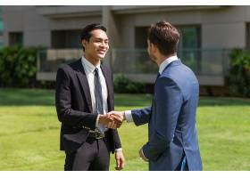 两个微笑的伴侣在户外握手_1148222