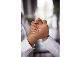 两位商界女性紧握双手的特写_2448493