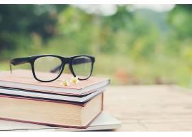 书本和眼镜用于阅读和书写模糊的自然OUTD_1025817