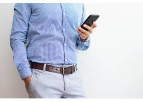 企业家在智能手机上发短信的特写_3628601