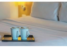 酒店客房白色床上的双人迎宾咖啡杯特写酒_5072220