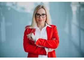 身穿红色夹克的女商人被隔离在办公室_7869457