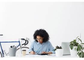 迷人的年轻非裔美国女会计穿着蓝色衬衫_10273093