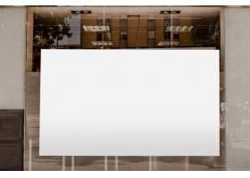透明玻璃上用于广告的白色空白广告牌_3622960
