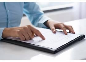阅读和研究文档的人员特写_3295435