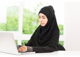 阿拉伯女商人在工作_4188072
