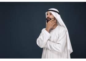 阿拉伯沙特商人的半身像年轻男模站着看_10444898