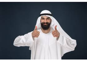阿拉伯沙特商人的肖像年轻的男模站着做竖_10444902