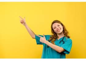 黄墙上女医生的正视图_13437497