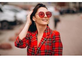 穿着红色夹克的快乐女人肖像_4201920