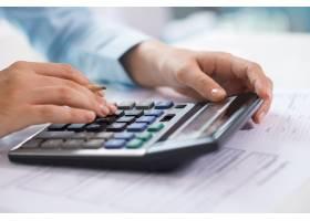 经济学家在计算器上工作和统计数据特写_3295427