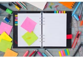 笔记本用纸和复古木桌上的学习或办公工具_1287505