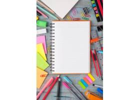 笔记本用纸和复古木桌上的学习或办公工具_1287508