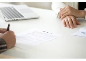 签订商务合同的概念人在法律文件上签字_3939760