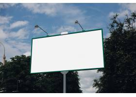 绿叶上的白色广告牌_8878253