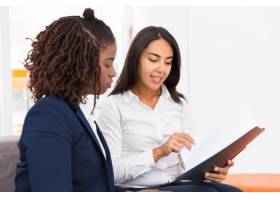 自信的女性法律顾问解释文件细节_5889886