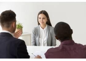 自信的应聘者在与不同的人力资源经理面试时_3939790
