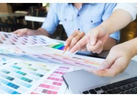 艺术家在办公室里用色板在绘图板上作画_1211497