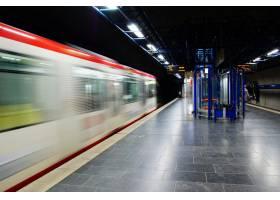 行驶中的地铁列车在深夜经过的时间_8281458