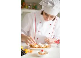 装饰迷你水果馅饼的专业女甜品师_1281912