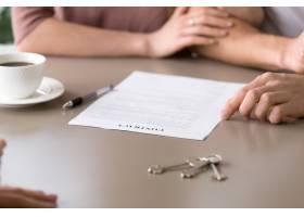 谈判桌上的合同特写夫妇抵押贷款_3938457