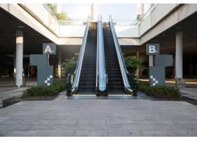 购物中心的现代自动扶梯_1270294