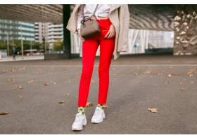 贴近时尚细节年轻女子穿着时髦的红色裤子_10068330