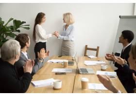 资深女企业家老板在团队鼓掌中晋升感谢女员_3954463