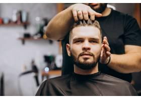 理发店的理发师为客户做发型_7435513