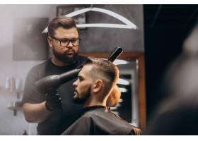 理发店里的帅哥在做发型_7435508