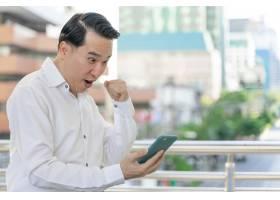 生活方式商务人士使用智能手机感到快乐商_11872206