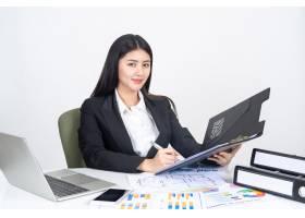 生活方式美丽的亚洲商界年轻女性在办公桌上_4550543