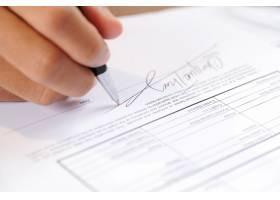 用圆珠笔签署文件的人特写_3077815
