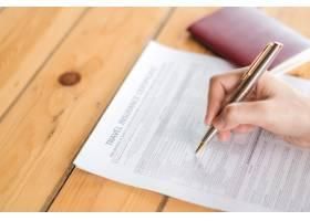 用钢笔交接旅行航空保险申请表和护照_1254611