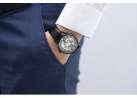 男士手插口袋与现代优雅手表的特写_3581134