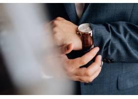 男士西装袖子和带时尚手表的指针的前视图_6449526
