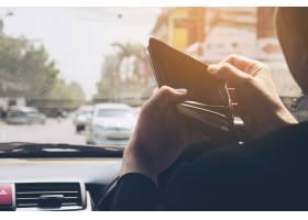 男子开车时看空钱包危险行为_3805605