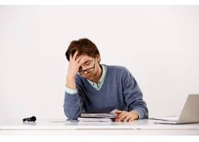 疲惫的男性上班族叹息不安工作到很晚_9226760