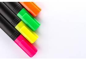 白色办公桌上有不同颜色的彩笔和办公配件_1191562
