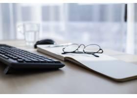 白色桌面上笔记本电脑眼镜咖啡杯和其他_1181930
