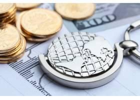 白色统计表格背景上的硬币纸币和地球仪_1168190