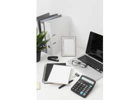 白色背景的侧视办公桌组合_10570598