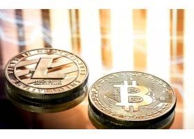 硬币和比特币在美丽背景下的特写数字加密_9046045