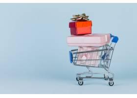 礼物堆放在购物卡的蓝色表面上_2934685