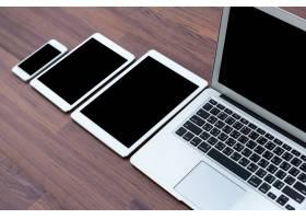 木桌上的智能手机平板电脑和笔记本电脑_985258