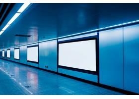 机场或地铁站的现代化走廊带有空白广告牌_1120776